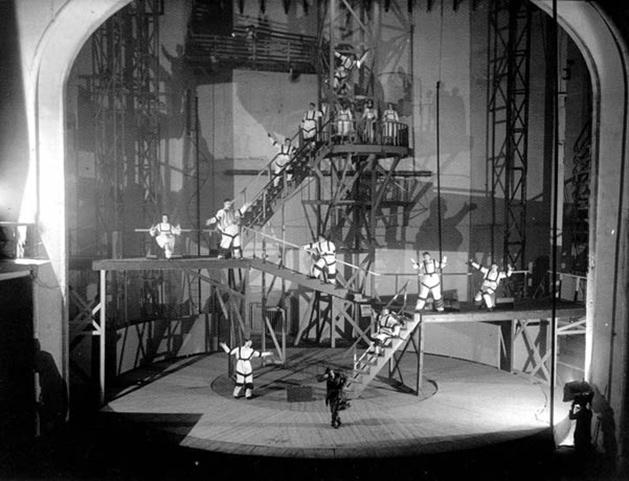 Serguéi Vakhtángov, montaje de La Casa de Baños en el Teatro Meyerhold, 1930.