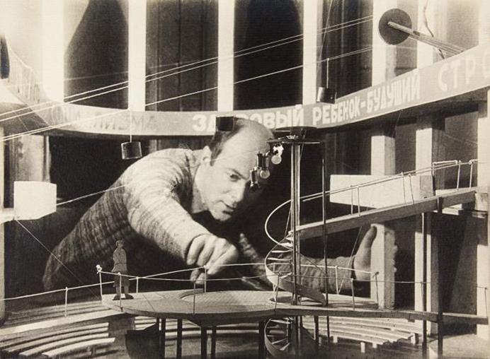 El Lissitzky construyendo la maqueta para Quiero un hijo