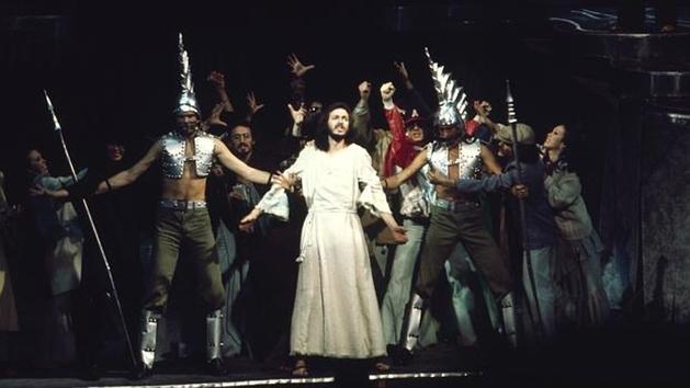 """""""Camilo Sesto, durante la escena del arresto en el montaje de 1975"""" [de Jesucristo Superstar]."""