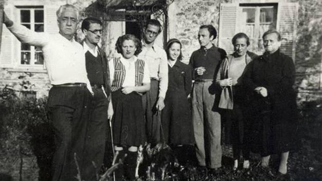 Murià (segunda por la derecha) en el exilio francés junto a familia y amigos, entre ellos Merce Rodoreda. De Prada, Juan Manuel. (22 de febrero de 2018). Anna Murià: Este será el principio. ABC Cultural.