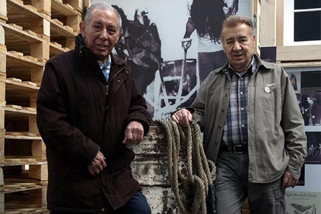 """2009: Salvador Távora y Jesús Campos, junto al bidón del espectáculo de La Cuadra Quejío, en la exposición """"Teatro independiente en Andalucía. El origen del presente""""."""