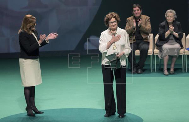 EFE Córdoba (17 jul. 2018). La granadina Antonina Rodrigo gana el premio Córdoba Ciudad por la Paz. La presidenta andaluza, Susana Díaz, y la escritora granadina Antonina Rodrigo (c)