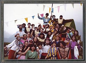 Intérpretes de La fiesta de los dragones, de Luis Matilla, en el Parque del Este de Caracas (Venezuela), 1983.