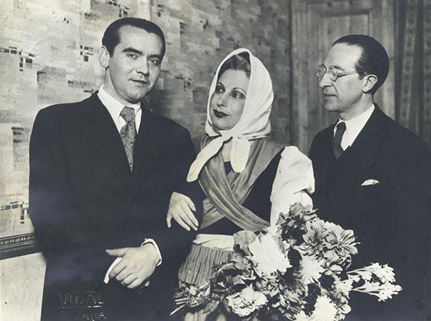 Yerma. Lorca, Margarida Xirgu y Cipriano Rivas Cherif en Valencia en 1935 (Centro de Estudios Lorquianos/Museo Casa Natal Federico García Lorca).