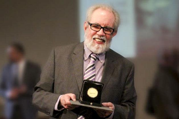 José Ramón Enríquez recibe la medalla de las Bellas Artes de México en 2016.