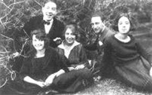 A la izquierda Santiago Ontañón en su juventud, junto a sus hermanas y un amigo.