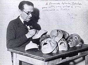 Castelao en Buenos Aires, en 1941, preparando las caretas para la representación de Os vellos non deben de namorarse.