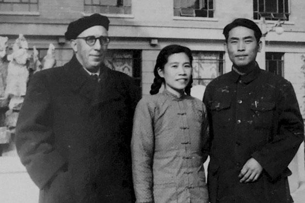 Arconada y su traductora china en 1957. Zani, D. (13 de septiembre de 2017). El viaje a China del olvidado cronista de la Guerra Civil. Cultura.