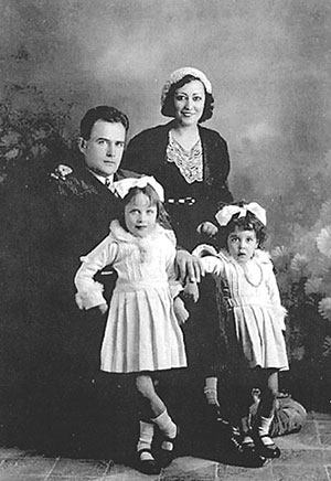 Carlota O'Neill y el capitán Virgilio Leret, con sus hijas Mariela y Carlota.