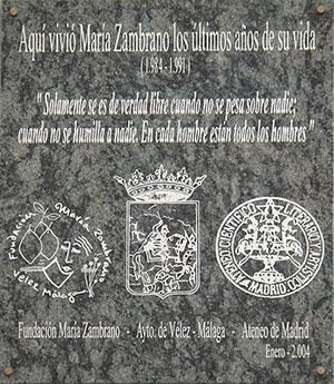 Placa puesta en enero de 2004 en la última casa que María Zambrano habitó en Madrid, entre 1984 y 1991. En ella puede leerse una cita de la pensadora española: «Solamente se es de verdad libre cuando no se pesa sobre nadie; cuando no se humilla a nadie. En cada hombre están todos los hombres».